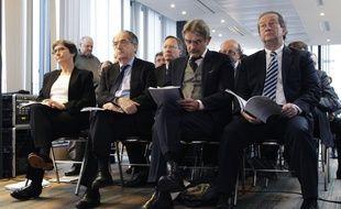 Le président de la LFP Frédéric Thiriez (2e en partant de la droite) et celui de la FFF Noël Le Graet (à sa droite), le 29 janvier 2014.