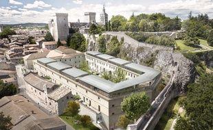 Vue aérienne de la futur cour des Doms avec le palais des Papes en arrière plan à Avignon.