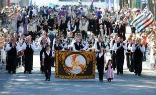 Des danseurs traditionnels bretons défilent lors du Festival interceltique de Lorient, le 9 août 2015