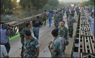 Drapeaux au vent, saluées par les habitants en liesse, les premières colonnes de soldats se sont déployées dès l'aube dans le sud, après avoir traversé des ponts de fortune sur le fleuve Litani, frontière naturelle de la région.