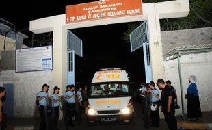 Au moins treize prisonniers sont morts samedi soir dans un incendie déclenché par des mutins dans un établissement pénitentiaire du sud-est de la Turquie qui héberge un millier de détenus, ont annoncé des responsables locaux.