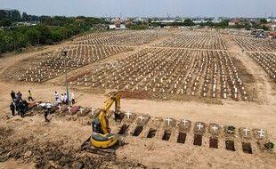 Des tombes des victimes du coronavirus Covid-19 au cimetière Rorotan à Jakarta le 4 août 2021.