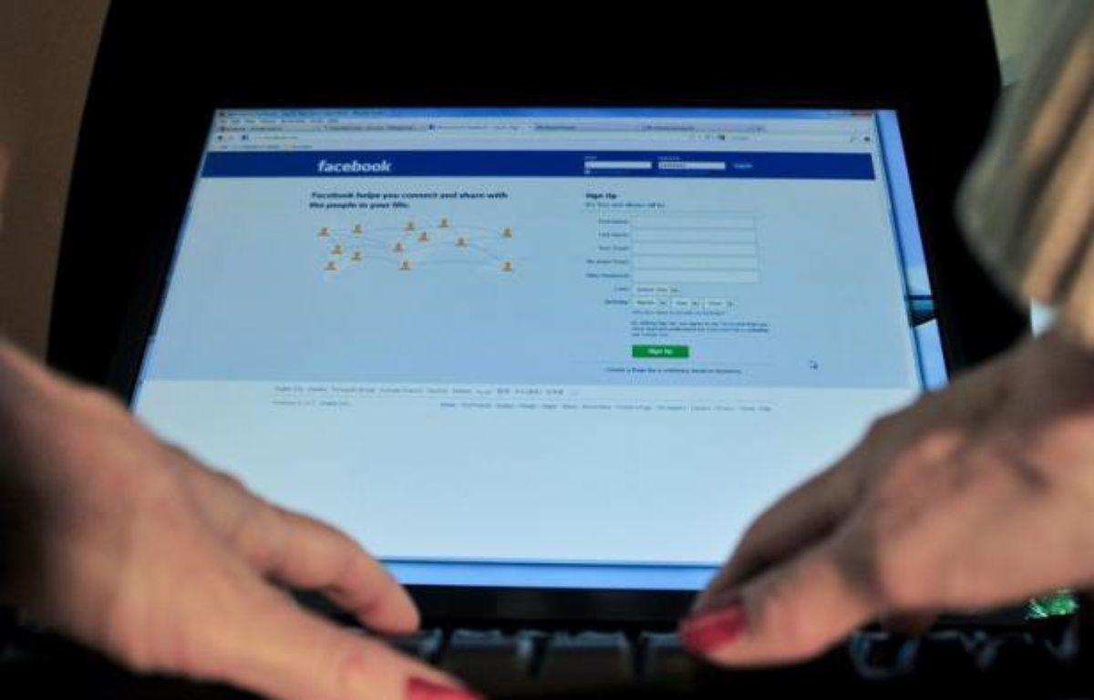 """Les internautes français sont de plus en plus """"accros"""" aux réseaux sociaux et 77% d'entre eux sont inscrits sur des sites comme Facebook, Twitter ou LinkedIn, qu'ils fréquentent tous les jours ou presque pour les deux tiers d'entre eux, selon une étude Médiamétrie publiée jeudi. – Karen Bleier afp.com"""