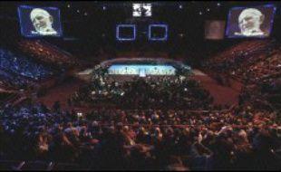 Jeudi soir, deux à trois mille personnes, dont de nombreux compagnons venus de France et 200 de l'étranger (Inde, Bénin, Argentine, Corée, etc.), se sont retrouvés au Palais omnisports de Paris-Bercy, dans la salle principale de plus 10.000 places, trop grande malgré les écrans géants affichant l'image d'Henri Grouès, devenu l'Abbé Pierre.