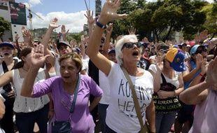 Partisans du gouvernement et opposants ont battu le pavé samedi au Venezuela, dans un duel à distance engagé depuis 12 jours par des étudiants pro-opposition et marqué mercredi par des affrontements qui ont fait trois morts.