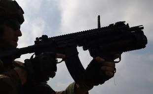 Illustration d'un militaire utilisant un fusil HK 416 au camp de Canjuers le 13 juin 2017