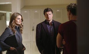 Stana Katic (Détective Kate Beckett), Nathan Fillion (Richard Castle) et Sam Towers (Riley Marshall) dans l'épisode Bienvenue dans l'âge ingrat de la série Castle.