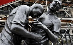La statue du coup de boule de Zidane sur Materazzi devant Beaubourg, à Paris, en 2013.