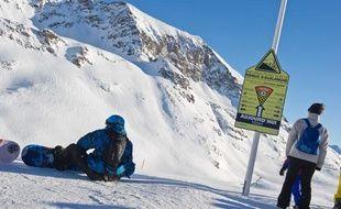 Panneaux d'information sur les risques d'avalanche sur les pistes de l'Alpe d'Huez.