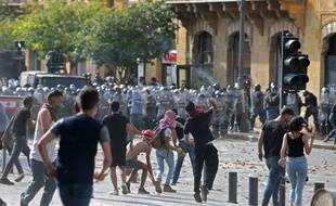 Des manifestants jettent des pierres aux forces de sécurité, lors d'une manifestation contre le pouvoir, à Beyrouth, le 8 août 2020.