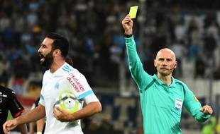 Face à Rennes, Adil Rami reçoit un carton (et n'est pas très content).
