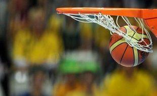Un basketteur amateur d'origine américaine, James Chambers, 25 ans, est décédé lundi des suites d'un arrêt cardiaque survenu en plein match samedi à Vannes, a-t-on appris mercredi auprès de son club, le Saint-Brieuc Basket (pré-nationale).