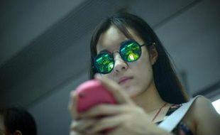 Jeune femme au smartphone.