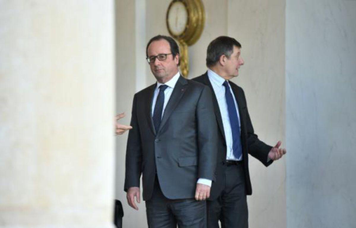 Le président François Hollande et le Secrétaire général de l'Elysée Jean-Pierre Jouyet, le 23 décembre 2015 à la sortie du Conseil des ministres à Paris – STEPHANE DE SAKUTIN AFP