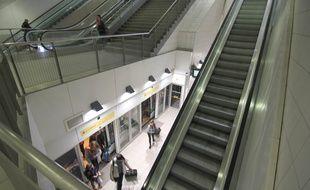Un escalier mécanique de la station de métro Sainte-Anne, à Rennes.
