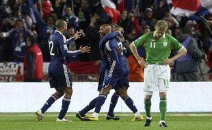 Nicolas Anelka félicité par ses coéquipiers après son but face à l'Eire en barrages pour le Mondial 2010, le 14 novembre 2009