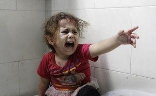 Une petite fille palestinienne hurle à l'hôpital al-Shifa après la destruction de la maison familiale de Gaza le 18 juillet 2014