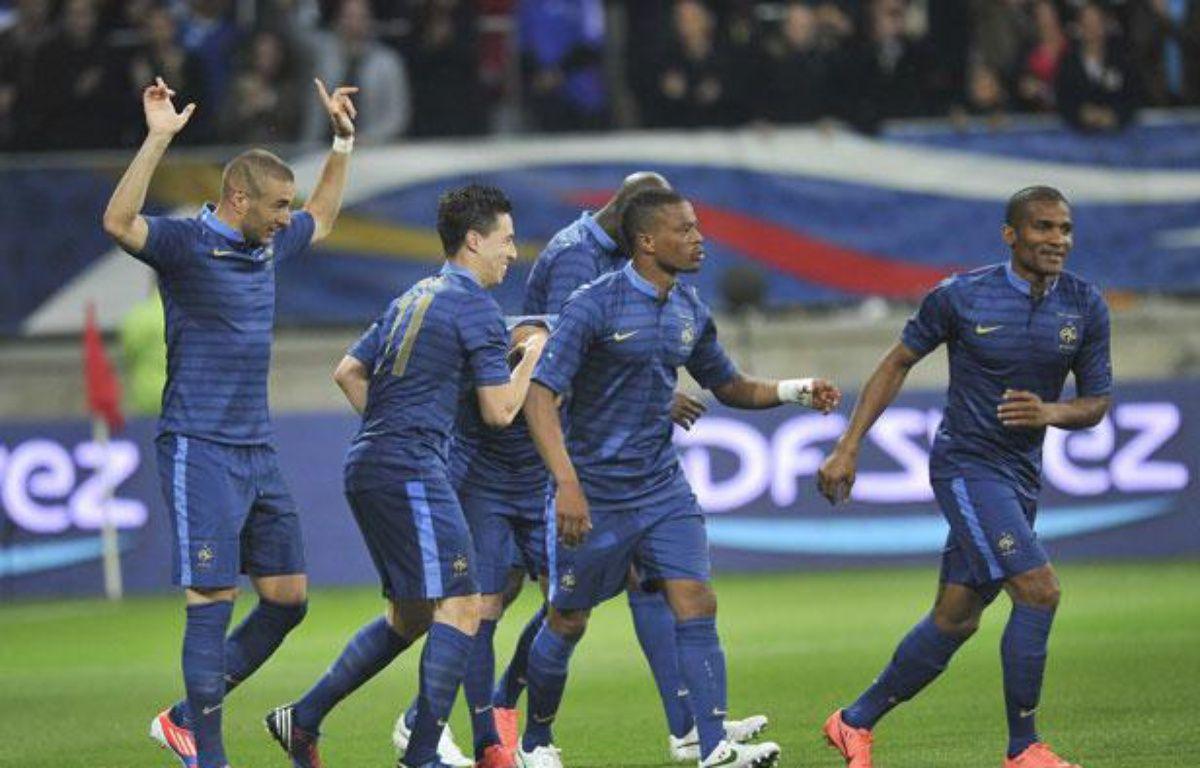 L'équipe de France fête le but de Karim Benzema en match amical contre l'Estonie, à la MM Arena du Mans, le 5 juin 2012. – DANOUN PAUL/SIPA