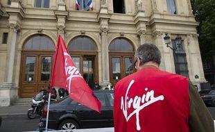 Un salarié de Virgin devant le tribunal de commerce de Paris, le 10 juin 2013.