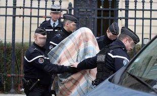 Des gendarmes escortent un homme de 39 ans mis en examen dans le cadre de l'enquête sur le meurtre d'Elodie Kulik, le 18 Janvier 2013 à Amiens