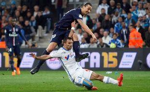 Zlatan Ibrahimovic au duel avec Jérémy Morel, lors d'OM-PSG le 5 avril 2015.