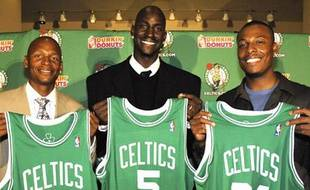 L'arrivée de la superstar Kevin Garnett aux Celtics de Boston fait du club un sérieux prétendant au tire, avec Ray Allen (à gauche) et Paul Pierce (à droite).