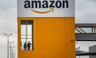 Lancée en 2006, Amazon Web Services (AWS) propose des services d'informatique dématérialisée aux entreprises, comme le stockage et la diffusion de contenus, des serveurs virtuels