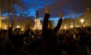"""Des centaines de personnes, rassemblées place de la République à Paris, participent au mouvement """"Nuit debout"""" le 10 avril 2016"""