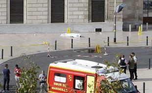 Un corps étendu après l'attaque au couteau de deux jeunes femmes à Marseille, le 1er octobre 2017.
