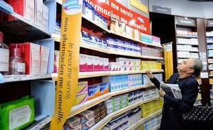 Des magasins en libre accès dans une pharmacie à Paris en 2008.