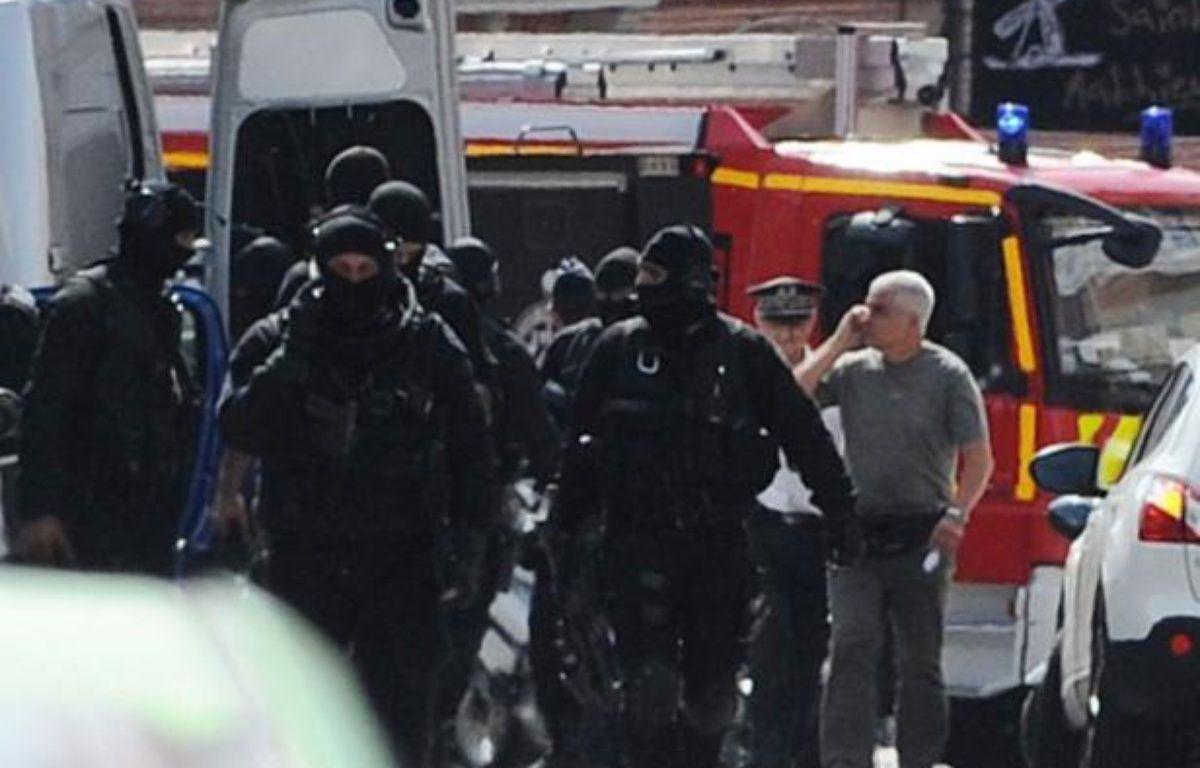 Les policiers d'élite ont donné l'assaut et libéré indemnes mercredi les deux derniers otages retenus dans une banque de Toulouse par un déséquilibré disant agir par conviction religieuse, tout près de là où Mohamed Merah avait été tué par le Raid trois mois plus tôt. – Eric Cabanis afp.com