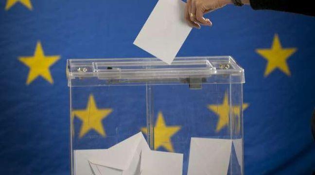 Illustration: Une électrice dépose un bulletin dans une urne devant le drapeau de l'Union européenne. – © European Union 2013 EP