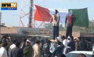 Capture d'écran d'une vidéo de BFM TV montrant des manifestants anti-«Charlie Hebdo» brûler un drapeau italien et des effigies de Nicolas Sarkozy eu Pakistan.
