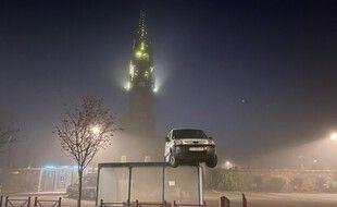La gendarmerie a découvert un véhicule utilitaire posé sur un abri-bus de Plounéventer lundi matin.