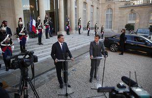 Le président français Emmanuel Macron, à droite, et le Premier ministre libyen Abdulhamid Dbeibeh assistent à une conférence de presse après leur rencontre à l'Elysée, à Paris, le mardi 1er juin 2021.
