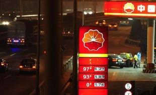 La Chine, qui contrôle strictement les prix des produits pétroliers, a annoncé qu'elle allait procéder à la plus forte augmentation du prix de l'essence et du gazole en presque trois ans, en raison des niveaux très élevés des cours du pétrole brut.