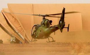 """Un hélicoptère """"Gazelle"""" de l'armée française décolle de Gao, au nord du Mali, le 29 mai 2015"""