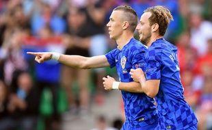 Les milieux de terrain croates Ivan Perišić et Ivan Rakitić, lors du match contre la République tchèque (2-2).