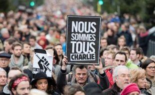 """Un homme tient une pancarte """"Nous sommes tous Charlie"""" dans une manifestation à Lille le 10 janvier 2015"""