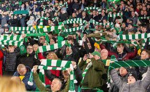 Des supporters du Celtic Glasgow brandissent leur écharpe, ici lors du match de Ligue Europa face au Stade Rennais, le 28 novembre 2019.