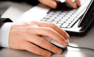 Illustration d'un homme devant un ordinateur.