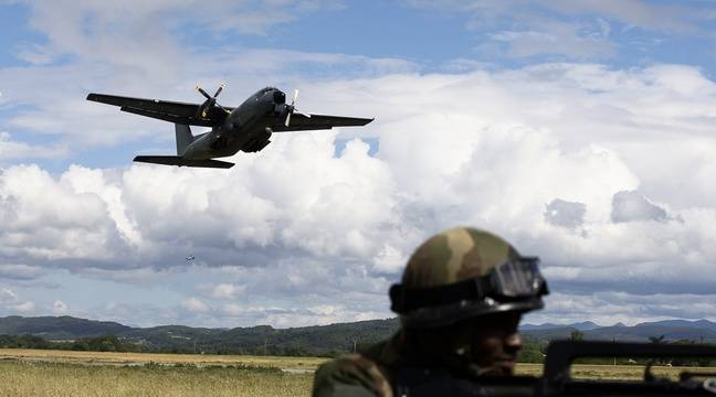 pyr n es un avion militaire sectionne une ligne haute tension. Black Bedroom Furniture Sets. Home Design Ideas