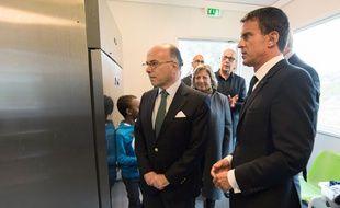 Calais, le 31 août 2015. Manuel Valls et Bernard Cazeneuve visitent le centre Jules Ferry de Calais où sont hébergés des migrants.