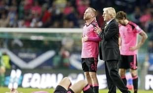 Gordon Strachan console ses joueurs après l'élimination.