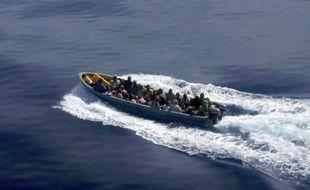 Six personnes ont trouvé la mort et 27 sont portées disparues après le naufrage, samedi, d'une embarcation de clandestins au large de Mayotte, nouvelle illustration tragique de l'immigration massive qui pèse sur cette île française de l'océan Indien.