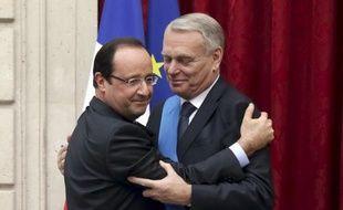 La proportion de personnes mécontentes de François Hollande et Jean-Marc Ayrault est restée stable en un mois, à un niveau élevé, tandis que la cote de popularité de François Fillon et Jean-François Copé s'est effondrée (-18 points), selon un sondage de OpinionWay pour Métro publié dimanche.