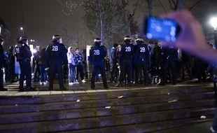 Un homme en train de filmer la fin d'une #NuitDebout place de la République le 23 avril 2016