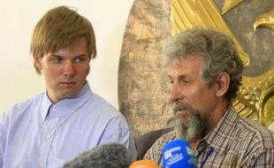 Les Russes Sergei Cherepanov (g) et Mikhail Antyufeev (d) après leur libération à Khartoum au Soudan, le 6 juin 2015