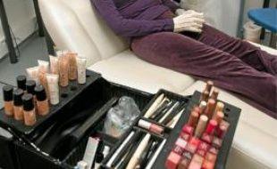 Nadège, gravement brûlée, bénéficie d'une séance de maquillage correcteur
