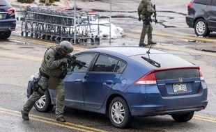 Contrôle d'une voiture autour du lieu de la fusillade dans le Colorado, le 22 mars 2021.